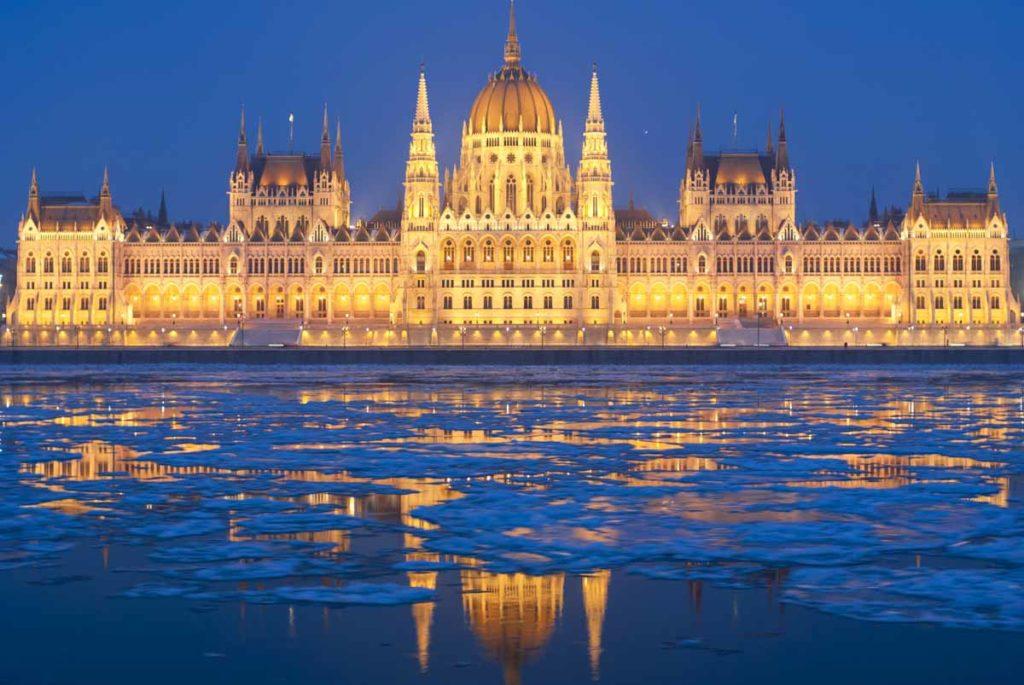 Здание_венгерского_парламента,_отражение_в_замерзшем_Дунае,_Венгрия